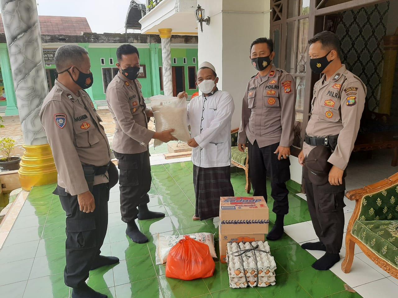 Menyalurkan Sarana Kontak Dan Silaturahmi Di Pondok Pesantren Wali Songo Kasat Binmas Bersama Personilnya