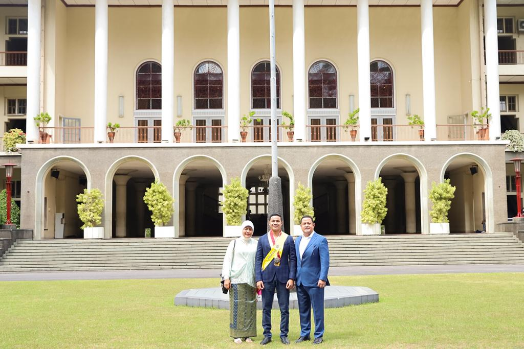 PYM SPDB Pangeran Edward Syah Pernong Beri Selamat Atas Wisuda Putra Dr Ari Yusuf Amir Bangsawan Sekala Berak Kepaksian Pernong